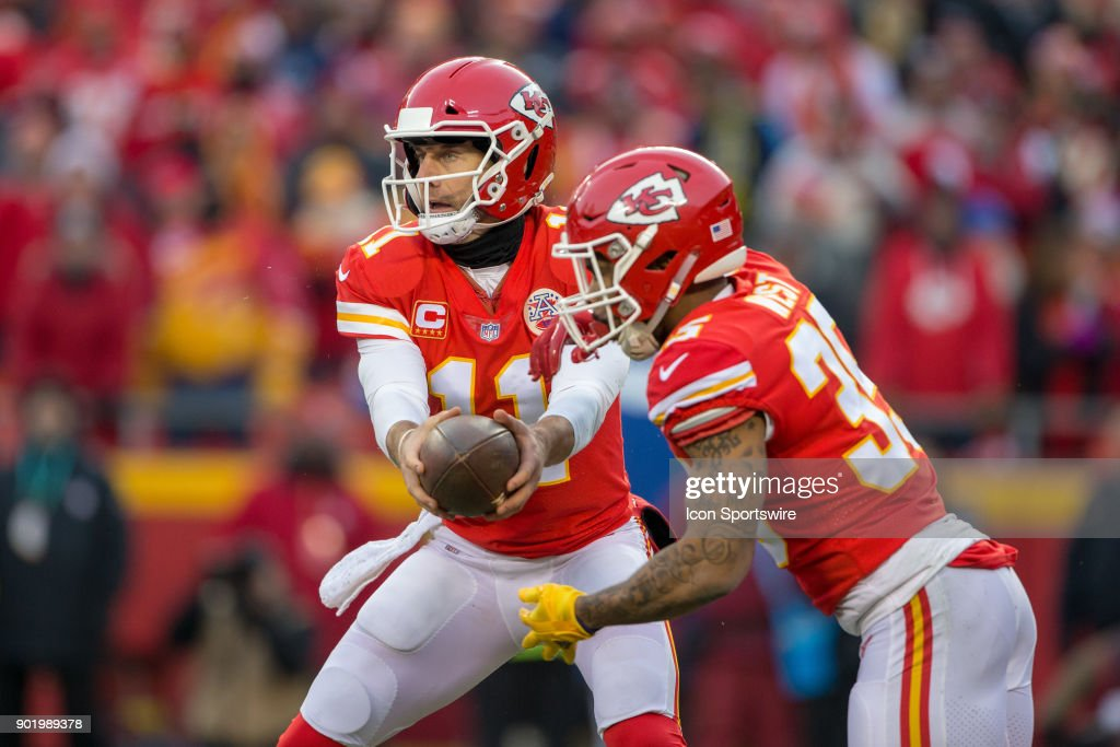 Kansas City Chiefs quarterback Alex Smith (11) hands off to Kansas City  Chiefs running 16ab03672