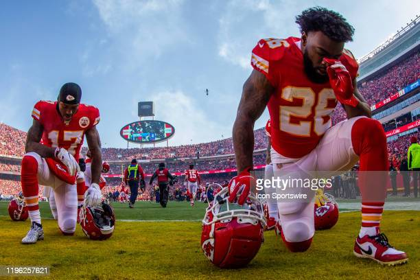 Kansas City Chiefs running back Damien Williams and Kansas City Chiefs wide receiver Mecole Hardman say a prayer prior to the game against the...