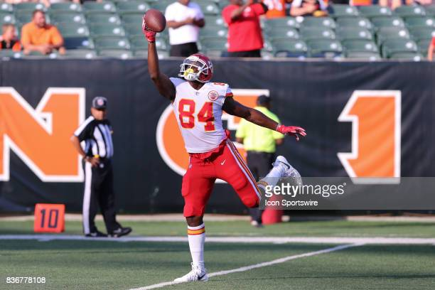Kansas City Chiefs tight end Demetrius Harris catches a pass before the preseason game against the Kansas City Chiefs and the Cincinnati Bengals at...