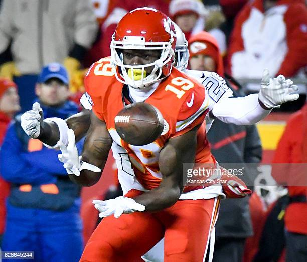 Kansas City Chiefs wide receiver Jeremy Maclin hauls in a pass in front of Oakland Raiders cornerback David Amerson in the first quarter at Arrowhead...