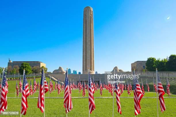 kansas city banderas patrióticas liberty memorial - kansas city missouri fotografías e imágenes de stock