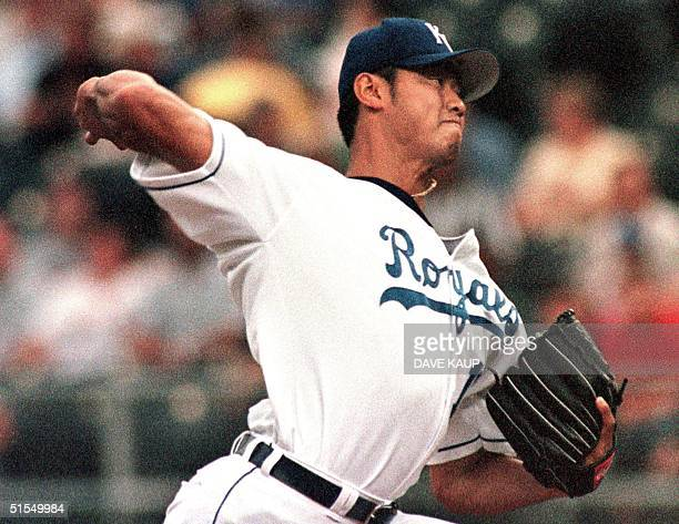 Kansas City Royals' starting pitcher Mac Suzuki fires a pitch to Cleveland Indians' Kenny Lofton during the first inning 27 June 2000 at Kauffman...