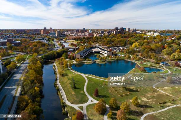 kansas city es country club plaza district and park aerial - kansas city missouri stock-fotos und bilder