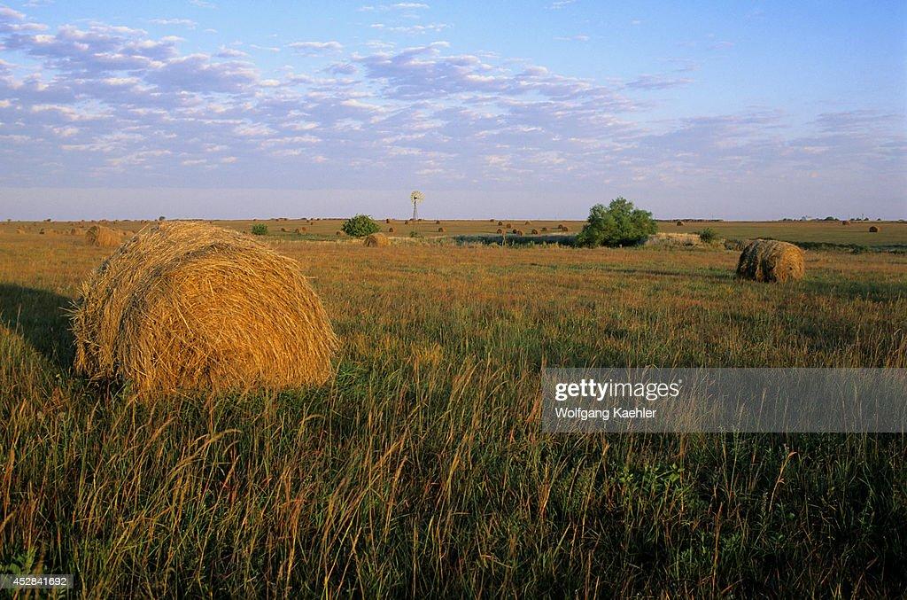 USA, Kansas, Flint Hills, Near Alta Vista, Highway 177,... : News Photo