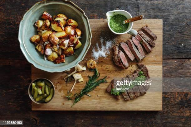 chuletón de kansas con salsa de hierbas frescas y verduras a la parrilla - barbeque sauce fotografías e imágenes de stock