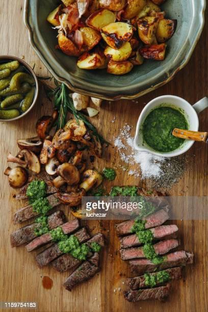 steak du kansas avec sauce aux herbes fraîches et légumes grillés - aliment grillé au charbon de bois photos et images de collection
