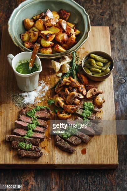 新鮮なハーブソースとグリル野菜のカンザスステーキ - チミチュリ・ソース ストックフォトと画像