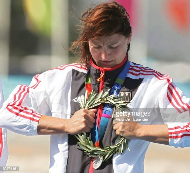 Kanu Olympische Spiele Athen 2004 Athen Kanu Rennsport / Kajak K2 500m / Frauen Birgit FISCHER / GER mit dem Siegerkranz Silber 280804