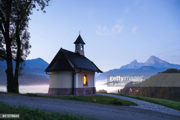 Kapelle in Berchtesgaden mit Watzmann und Nebel auf dem Königssee