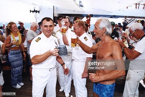 Kapitän Alexander Golubev Passagier Kreuzfahrtschiff MS Astor Pazifik Reise Kreuzfahrt Luxus Schiff Schiffe Meer Frühschoppen anstossen Alkohol Bier
