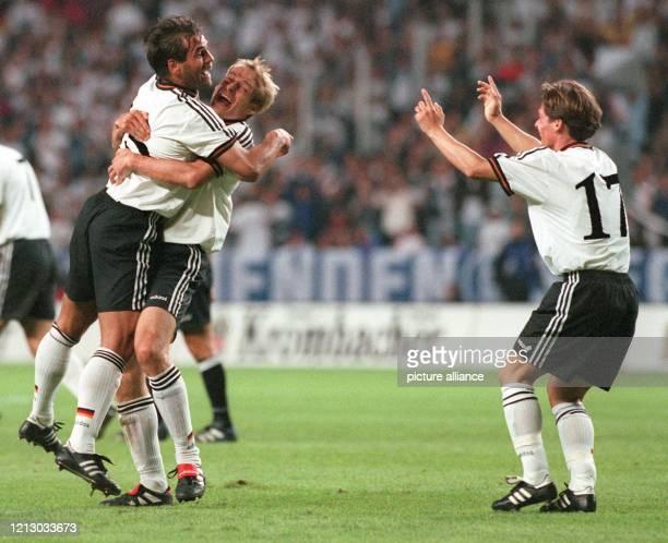 Kapitän Jürgen Klinsmann hebt den Torschützen Ulf Kirsten vor Freude hoch und auch Darius Wosz jubelt Die deutsche FußballNationalmannschaft gleicht...