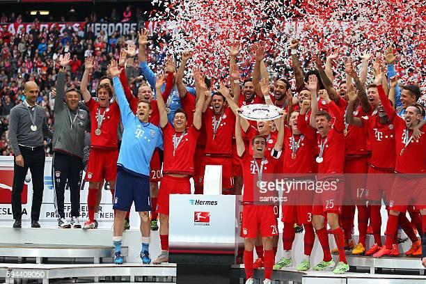 Kapitän Philipp LAHM FC Bayern München mit Meisterschale und Mannschaft deutscher Fussball Meister 2015 FC Bayern München Meisterschaft FC Bayern...