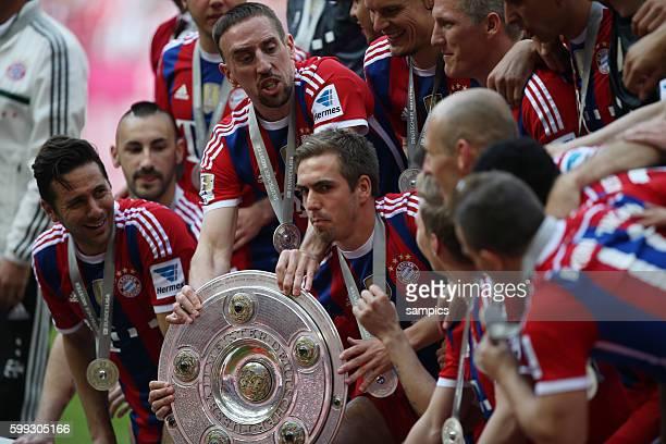 Kapitän Philipp Lahm mit Meisterschale und Mannschaft FC Bayern München feiert die 24. Deutsche Meisterschaft Fussball Bundesliga : FC Bayern München...