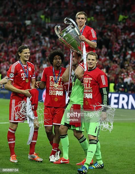 Kapitän Philipp Lahm mit Pokal auf den Schultern von Tom Starke links Daniel van Buyten Dante rechts Manuel Neuer FC Bayern München ist der Gewinner...