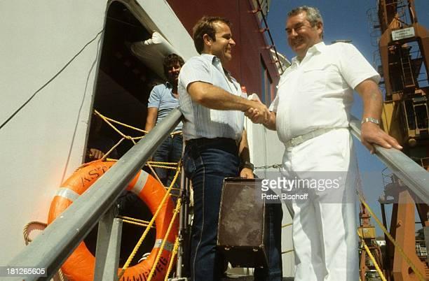 Kapitän Raimund Krüger bei der Verabschiedung des Chefkochs Georg Lohmann vor der letzten Fahrt der MS Astor nach dem Verkauf an Südafrika Afrika...