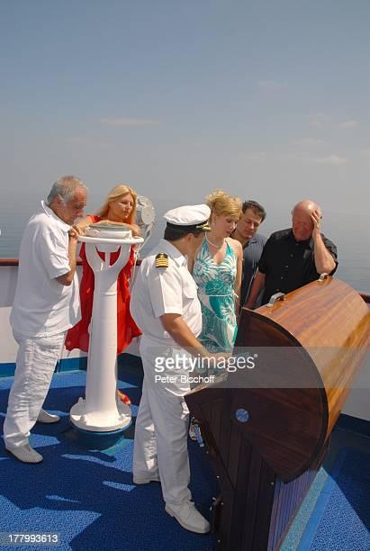 Kapitän Vadym Grytsyuk dahinter Roger Pappini Ehefrau Marlene Charell Deborah Sasson Lebensgefährte Dieter Tings Dr Dieter Kronzucker Kreuzfahrt...