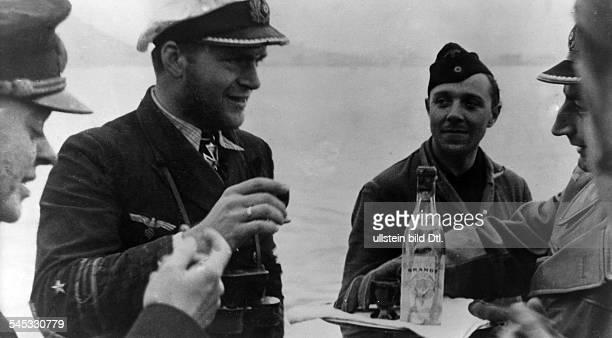 Kapitänleutnant UBootKommandant D mit Besatzungsmitgliedern seinesUBootes beim Anstossen auf seineVerleihung des Eichenlaubs zum RitterkreuzApril 1943