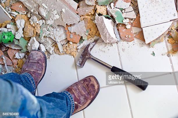 Kaputte Fliesen bei der Renovierung eines Badezimmers Umbau und Erneuerung im Wohnbereich