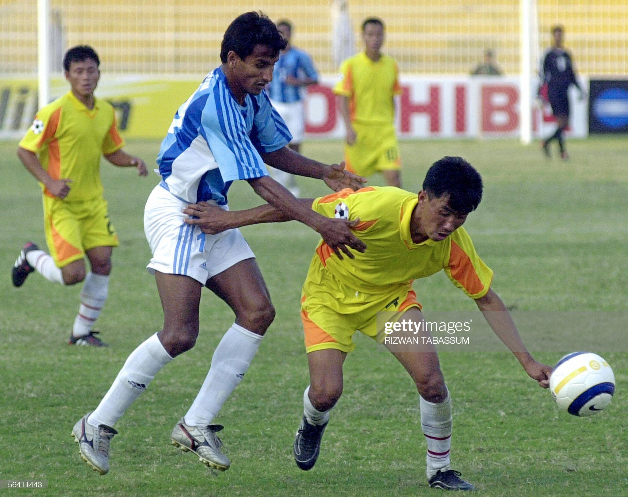 Indian football player Abdul Hakkim (L) : News Photo