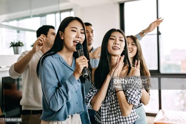 karaoke party - karaoke stockfoto's en -beelden