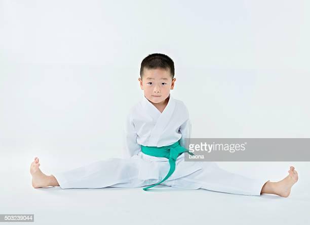 Karate boy estiramiento