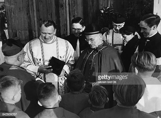 Kardinal Joseph Frings bei Russlandheimkehrern im Lager Friedland 1955
