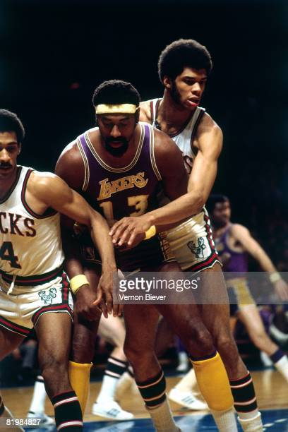 Kareem Abdul Jabbar of the Milwaukee Bucks defends against Wilt Chamberlain of the Los Angeles Lakers during the 1971 season at the MECCA Arena in...