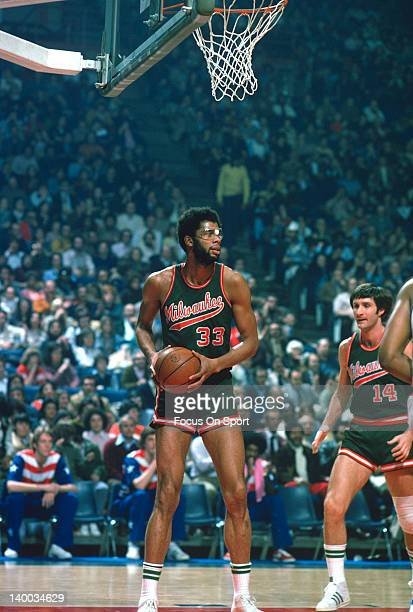 Kareem AbdulJabbar of the Milwaukee Bucks in action against the Washington Bullets during an NBA basketball game circa 1975 at the Capital Centre in...