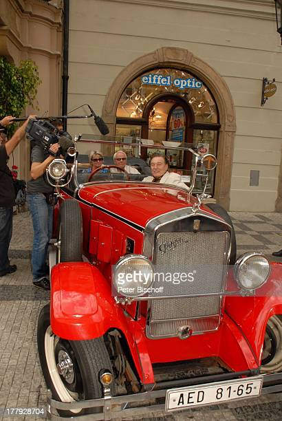 """Karel Gott , Hans-Helmut Bremicker und Ehefrau Monika mit TV-Team vom MDR-""""Brisant"""", vor """"Hotel U Prince"""", Tschechien, Europa, Gewinner,..."""
