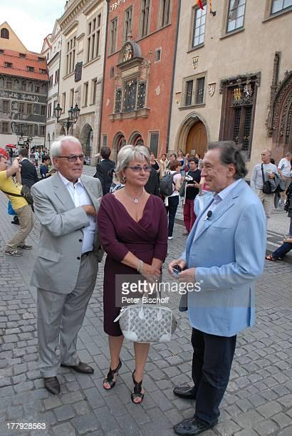Karel Gott , Hans-Helmut Bremicker und Ehefrau Monika , Rathausplatz, Tschechien, Europa, Gewinner, Schlager-Sänger,