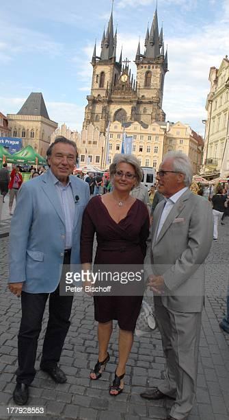 Karel Gott , Hans-Helmut Bremicker und Ehefrau Monika , Rathausplatz vor St. Niklas-Kirche, Tschechien, Europa, Gewinner, Schlager-Sänger,