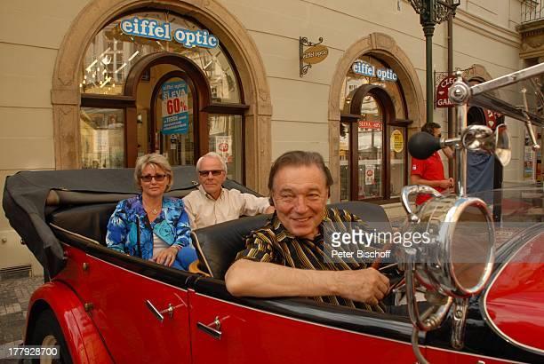 """Karel Gott , Hans-Helmut Bremicker und Ehefrau Monika , vor """"Hotel U Prince"""", Tschechien, Europa, Gewinner, Stadtrundfahrt, Auto, Schlager-Sänger,"""