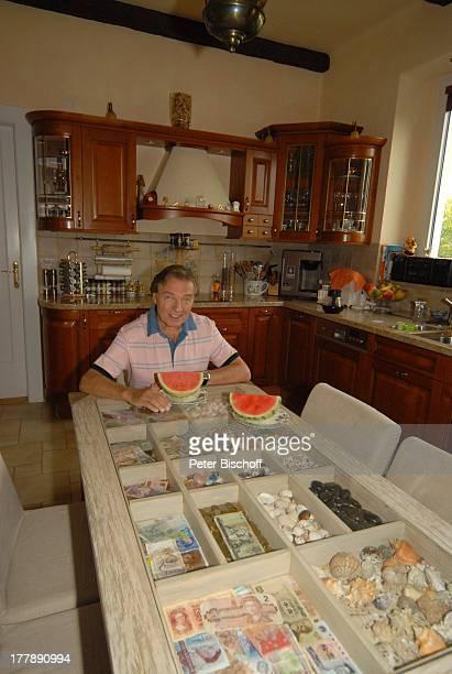 Karel Gott Homestory Prag Tschechien Europa Küche MelonenViertel Wassermelone Imbiss Zwischenmahlzeit Obst Teller mit Speisen Küchentisch mit...