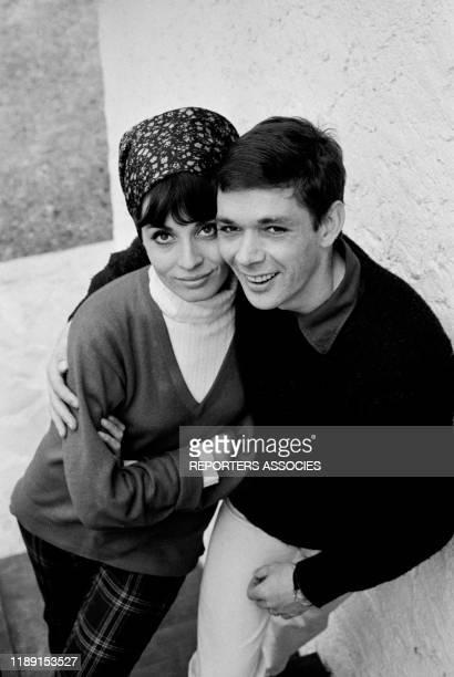 Karen Blanguernon et son mari Dirk Sanders chez eux à Paris le 15 avril 1964 France
