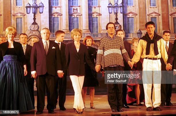 """Karen Gillingham , Schauspieler, Wolfen, Musical """"Lady Di - Diana; Ein Lächeln verzaubert die Welt"""", Weltpremiere, Schauspielerin, Bühne, Reling,..."""