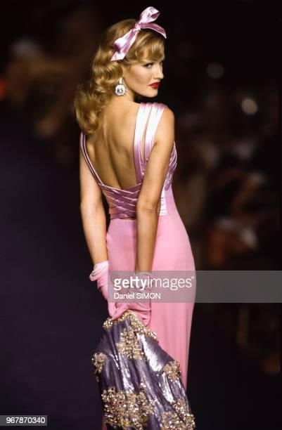 Karen Mulder au défilé Valentino Collection HauteCouture AutomneHiver 199293 à Paris le 26 juillet 1992 France