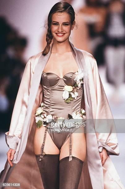 Karen Mulder walks the runway at the Chantal Thomass Ready to Wear Fall/Winter 19901991 fashion show during the Paris Fashion Week in March 1990 in...