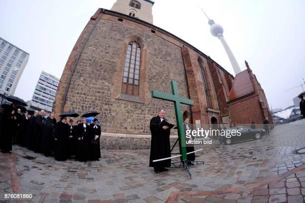 Karfreitagsprozession anlässlich des Osterfestes von der Berliner Marienkriche zum Französischen Dom Der syrische Flüchtling Jalal Aldebes trägt...