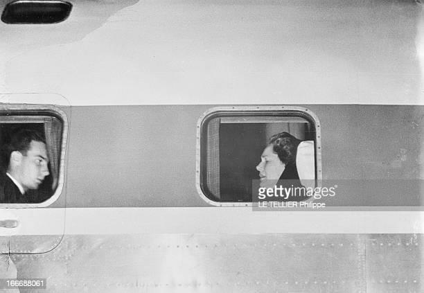 Karim Aga Khan And The Begum Dans un avion le prince Karim AGA KHAN et sa mère Yvette LABROUSSE la begum veuve du prince AGA KHAN III apparaissant...