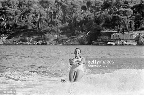 Karim Aga Khan On Holiday On The French Rivieira Aout 1959 sur la côte d' Azur Tracy PELISSIER fait du ski nautique