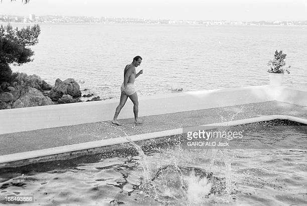 Karim Aga Khan On Holiday On The French Rivieira Aout 1959 sur la côte d' Azur KARIM AGA KHAN en vacances Au bord d'une piscine avec vue sur la mer...