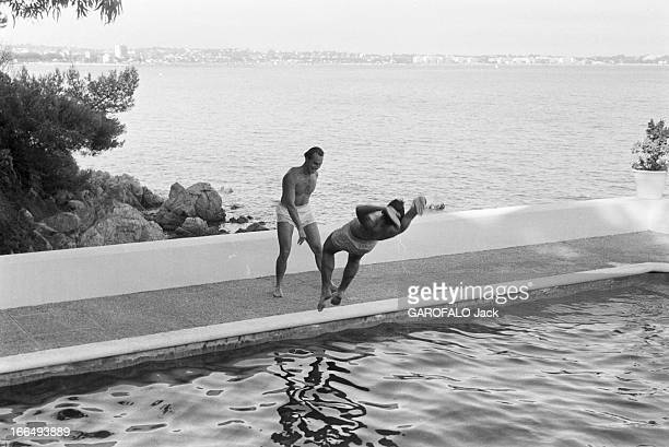 Karim Aga Khan On Holiday On The French Rivieira Aout 1959 sur la côte d' Azur KARIM AGA KHAN en vacances Au bord d'une piscine avec vue sur la mer...