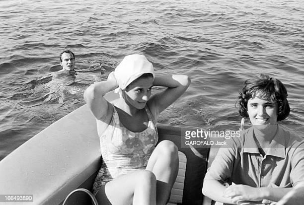 Karim Aga Khan On Holiday On The French Rivieira Aout 1959 sur la côte d' Azur KARIM AGA KHAN fait du ski nautique Dans l'eau le jeune KArim Une...