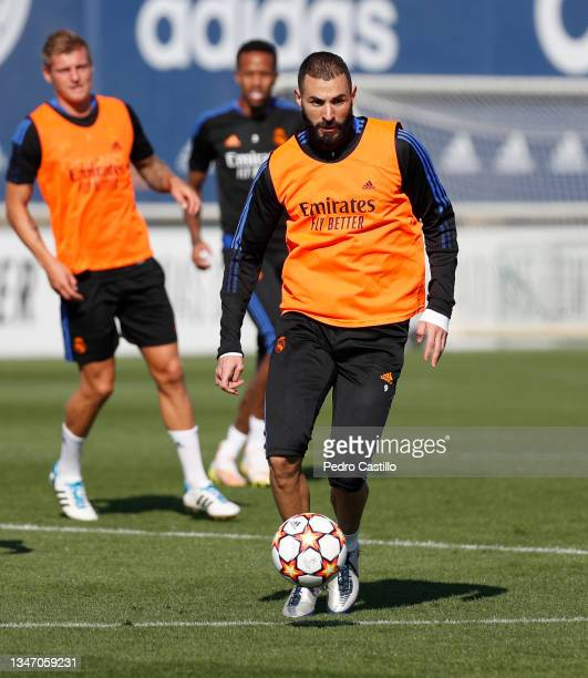 Karim Benzema and Toni Kroos both of Real Madrid during training with teammate Éder Militão at Valdebebas training ground on October 17, 2021 in...