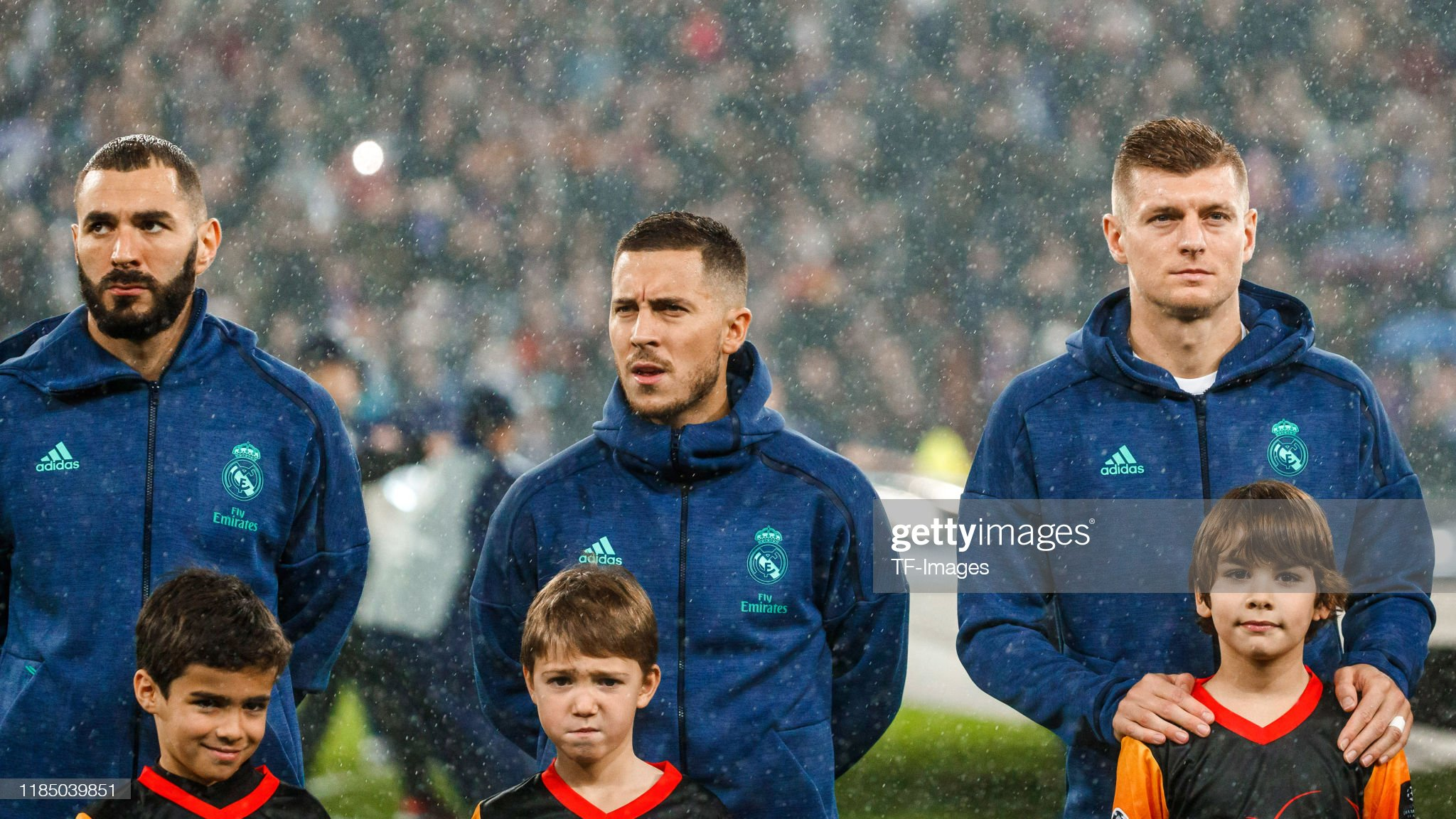 ¿Cuánto mide Eden Hazard? - Altura y peso - Real height and weight - Página 17 Karim-benzema-eden-hazard-and-toni-kroos-of-real-madrid-looks-on-to-picture-id1185039851?s=2048x2048