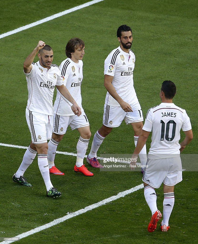 Karim Benzema (L) of Real Madrid celebrates with team mates after scoring their team's seventh goal during the La Liga match between Real Madrid CF and Granada CF at Estadio Santiago Bernabeu on April 5, 2015 in Madrid, Spain.