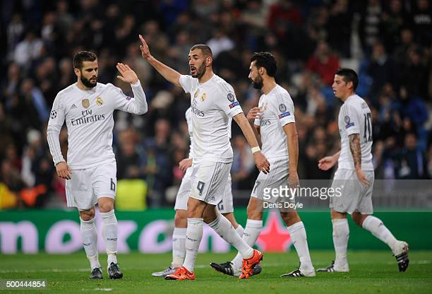 Karim Benzema of Real Madrid celebrates with teammates after scoring Real's 2nd goal during the UEFA Champions League Group A match between Real...