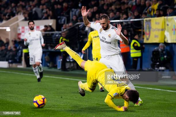Karim Benzema of Real Madrid CF fouls Santiago Caseres of Villarreal CF during the La Liga match between Villarreal CF and Real Madrid CF at Estadio...
