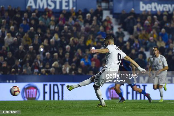 Karim Benzema of Real Madrid CF scores his team's first goal from the penalty spot during the La Liga match between Levante UD and Real Madrid CF at...