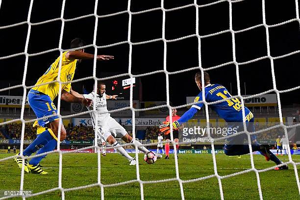 Karim Benzema of Real Madrid CF scores his team's second goal during the La Liga match between UD Las Palmas and Real Madrid CF on September 24 2016...